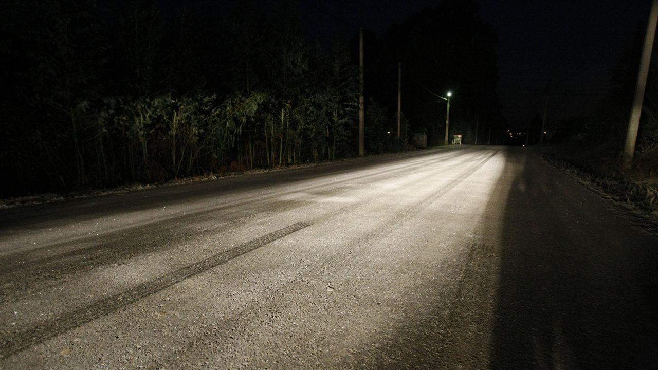 Investigan la aparición de galletas de hidrocarburo en Bastiagueiro.Imagen de archivo con hielo en una carretera de A Zapateira