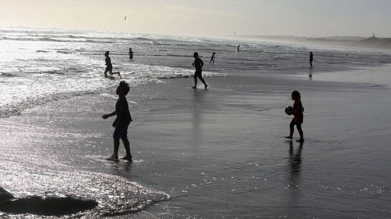 En Muriwai Beach, en Nueva Zelanda, la gente ya disfruta de la playa tras el alivio de las restricciones