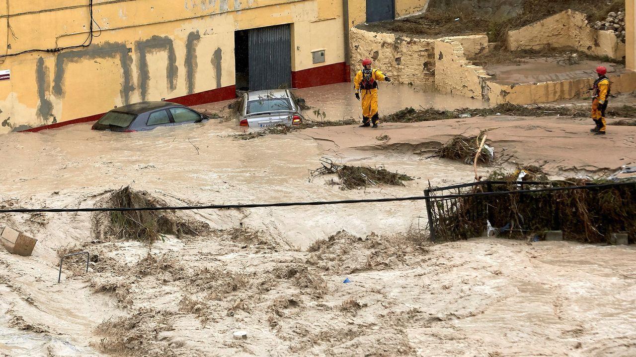 Equipos de rescate inspeccionan unos coches tras el desbordamiento del río Clariano en Onteniente.