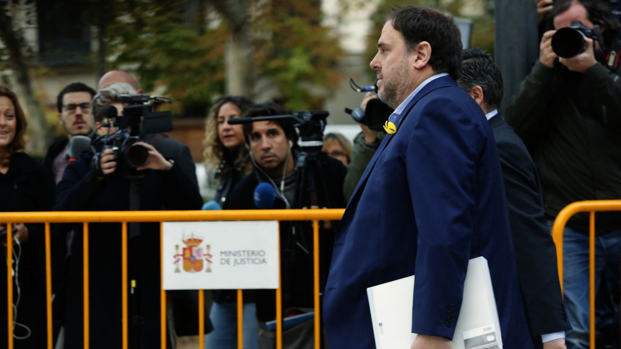 El abogado de Puigdemont, Gonzalo Boye, tuvo que presentar su documentación en el registro como le ordenó una funcionaria de la Junta Electoral.Orial Junqueras, al fondo, observa la intervención de su abogado, Andreu Van den Eynde