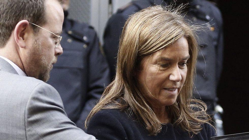 Francisco Correa, primero por la derecha y Álvaro Pérez, en el extremo opuesto de la bancada de los acusados, en el inicio del juicio de la rama valenciana de la Gürtel.