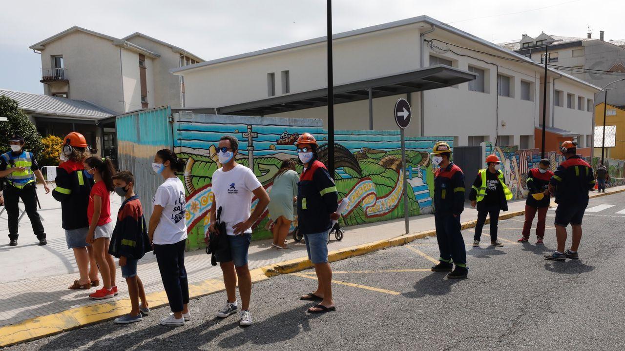 Ataviados con sus trajes de faena acudieron a votar empleados de Alcoa San Cibrao, en la imagen, en Foz