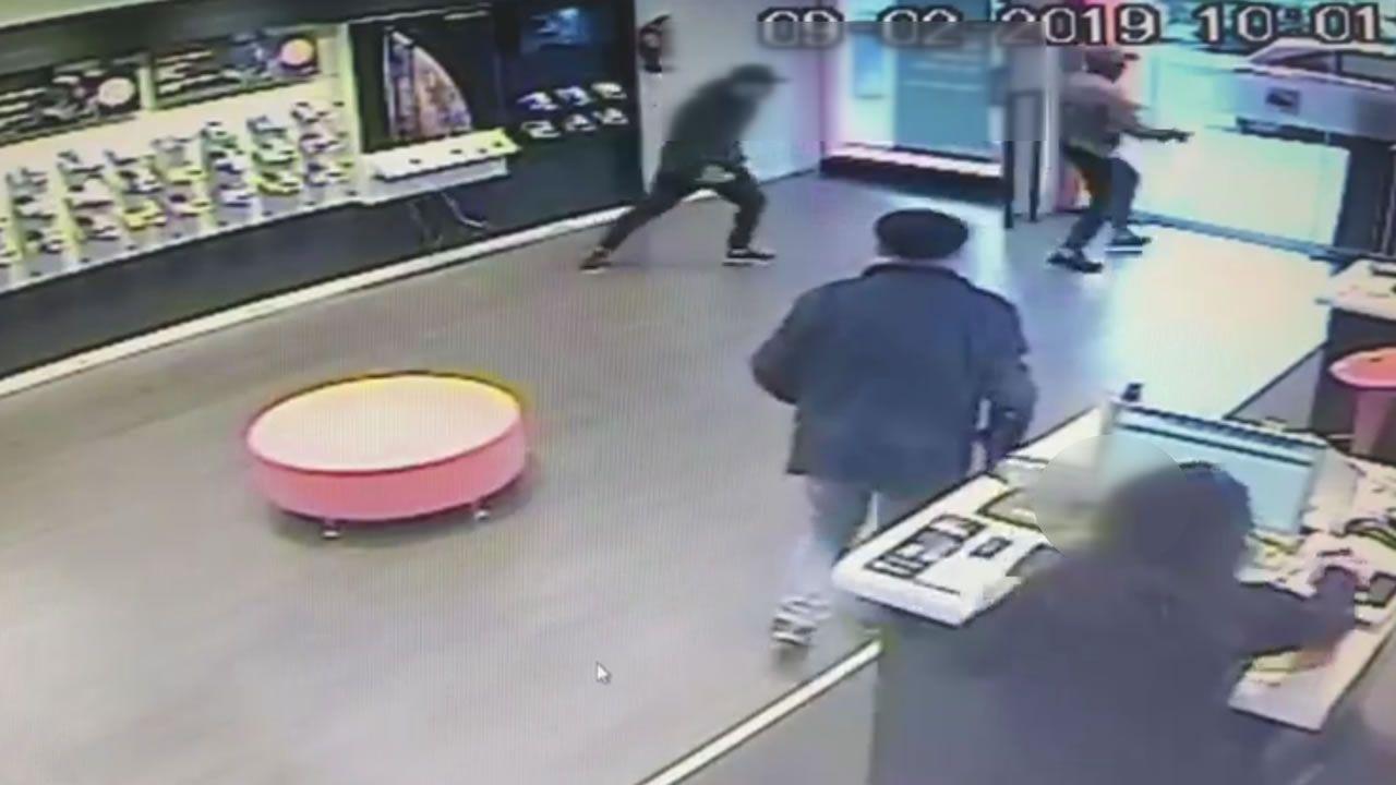 Las cámaras de al menos cuatro tiendas captan a los ladrones que roban móviles a cara descubierta