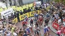 Trabajadores de la factoría Ence intentan retrasar la salida de la Vuelta Ciclista a España en Sanxenxo