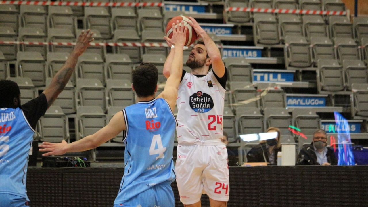 Menzies lucha por un balón en el partido COB-Lleida