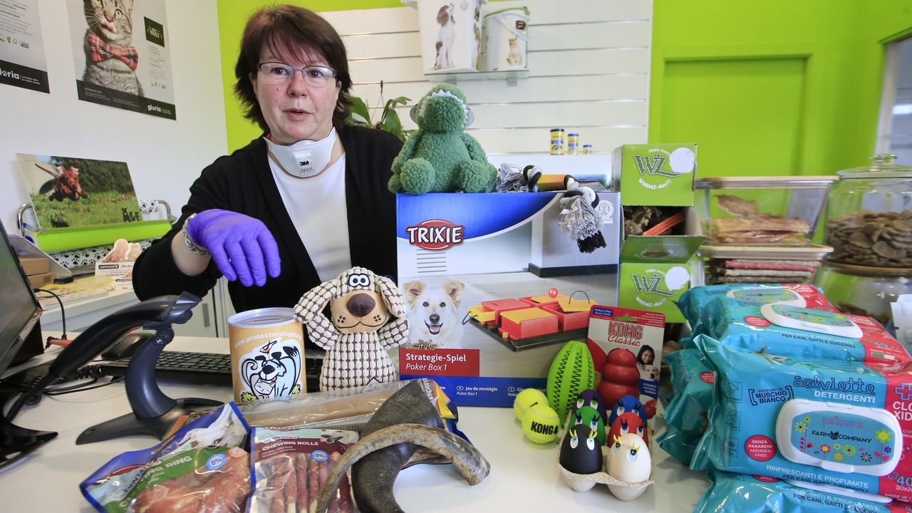 Mónica, al frente de La Tienda de Alf, explica que las toallitas son un buen método para limpiar el pelo del animal tras salir de paseo