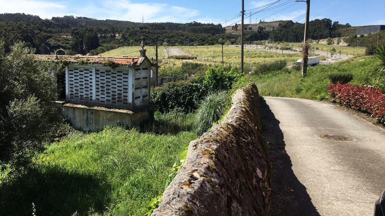Una aldea cercada por dos polígonos, carreteras y la vía del tren