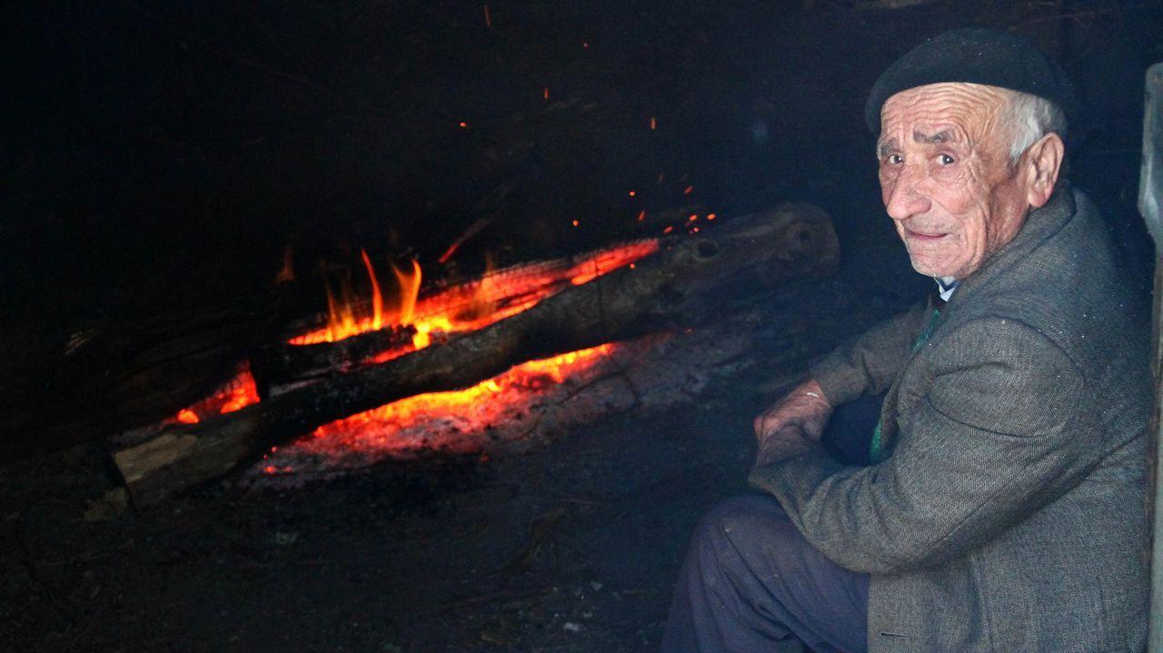 Una imagen tomada en el 2010 muestra a Manuel Álvarez cuidando el fuego del sequeiro