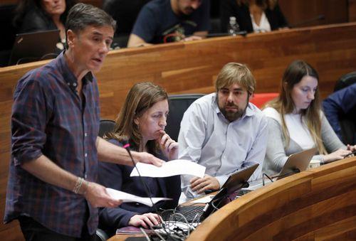 Escuela de Asturianía.El portavoz de Podemos Enrique López (i), la candidata a las primarias autonómicas de Podemos, Lorena Gil (2i) y el secretario general de Podemos Asturies, Daniel Ripa (3i), durante el pleno de hoy en la Junta General del Principado.