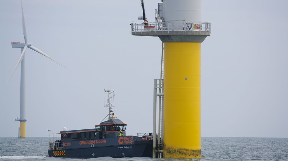 Los técnicos son transportados desde tierra hasta los aerogeneradores en el mar para revisar las máquinas
