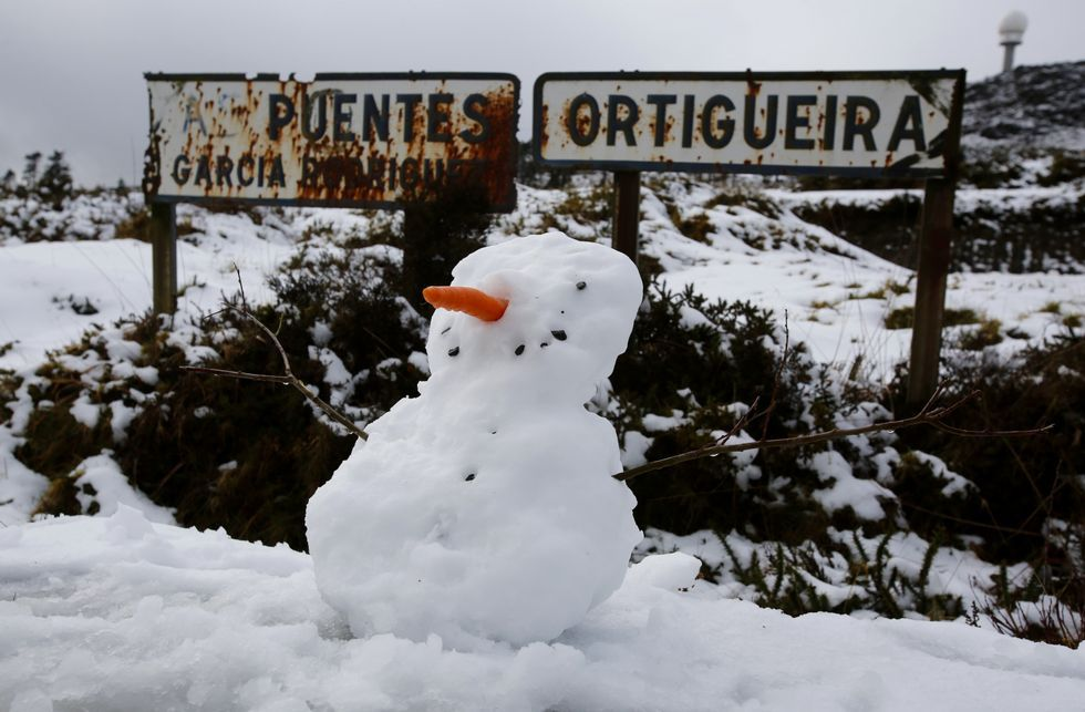 <span lang= es-es >MANTO BLANCO EN AS PONTES</span>. La nieve cubrió ayer varias zonas de As Pontes, entre ellas las parroquias de O Freixo y Somede, además del Monte Caxado, que recibió muchas visitas.