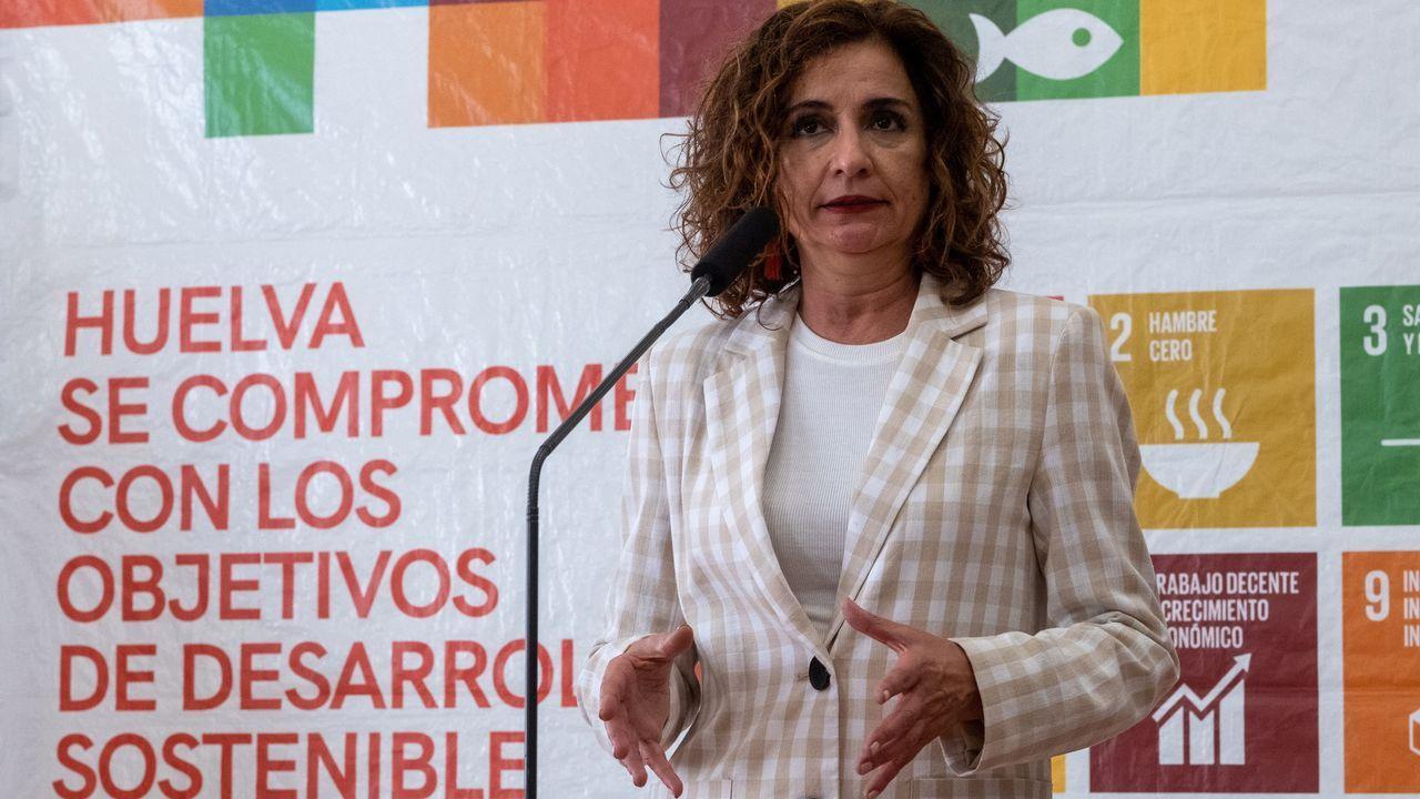 Protesta en la plaza de Colón contra los indultos a los líderes del «procés».La portavoz del Gobierno, María Jesús Montero, este jueves, durante una comparecencia en Huelva.