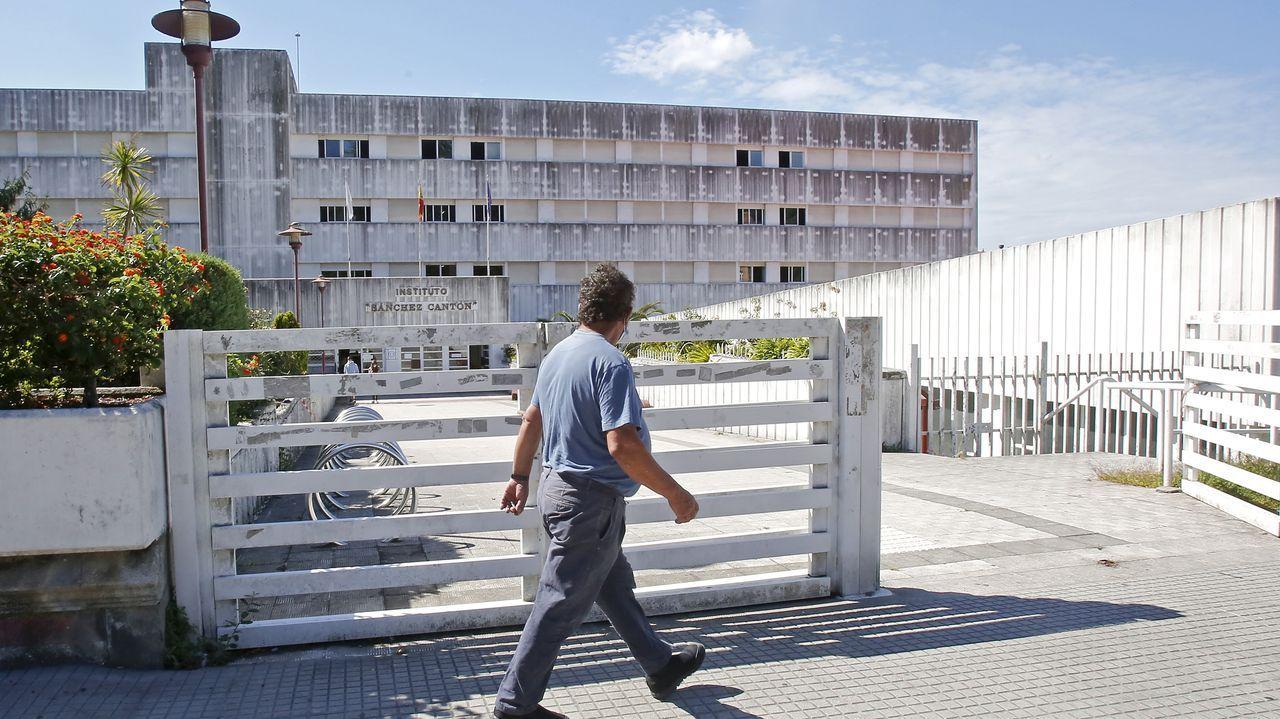 Protesta ante la Xunta de padres y alumnos del instituto IES Sánchez Cantón contra la modalidad de clases semipresenciales.Imagen de archivo del CEIP O Graxal, en Cambre