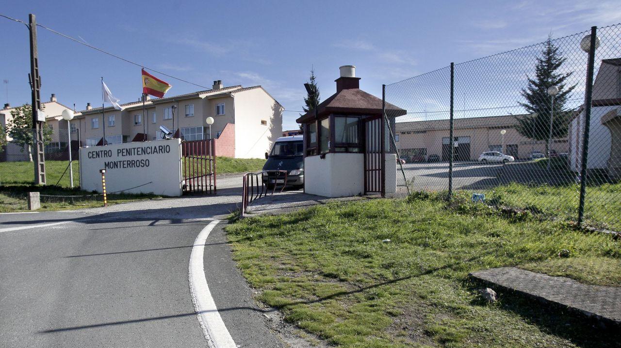 El alcalde de Monterroso, Antonio Gato, a la izquierda, junto a los tres ediles del PSOE, a la derecha