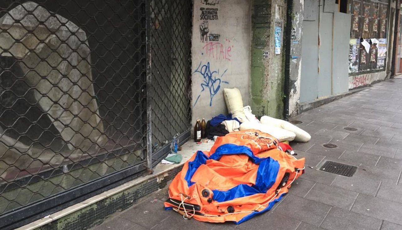 Así vive el indigente de la calle de la Torre.Una patrulla de la policía local de Vigo, en una imagen de archivo