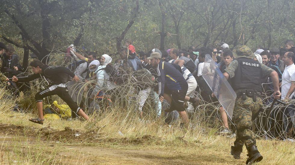 Inmigrantes y refugiados traspasan la frontera entre Grecia y Macedonia.El barco estaba ayer a punto de hundirse en el Índico.