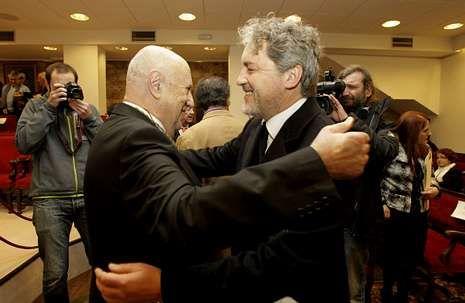 Xosé Luís Méndez Ferrín recibe a aperta de Manuel Rivas, onte, no salón de actos da Real Academia Galega.