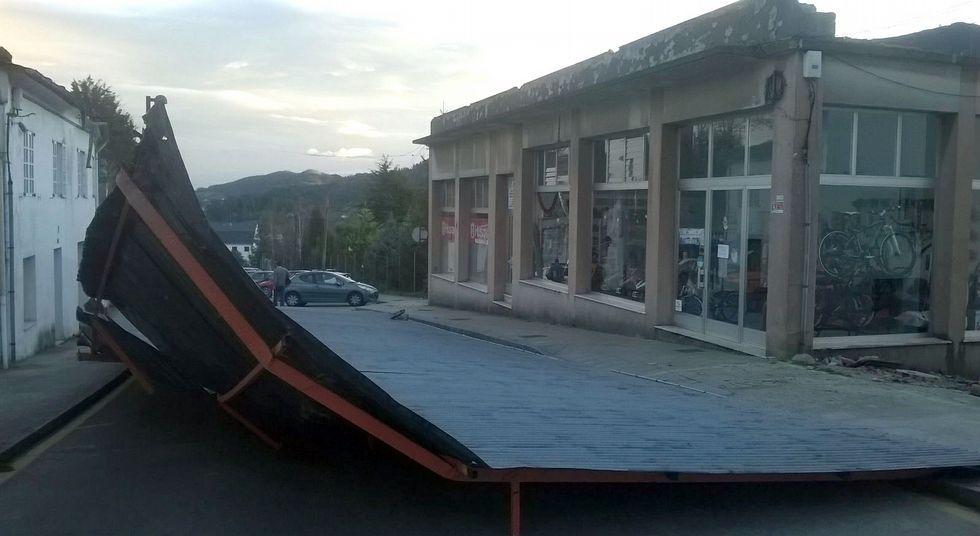 <span lang= es-es >Un gran susto en Mondoñedo</span>. Tal cual lo ven quedó el tejado de un edificio situado en la calle Julia Pardo; unos 140 metros de chapa que acabaron en la calle y, por suerte, sin dañar a nadie. La alcaldesa anuncia que durante el día de hoy prevén empezar a retirar esa infraestructura de la vía pública.