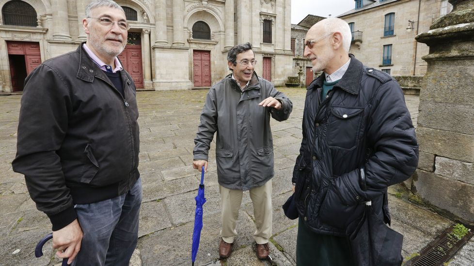 Los tres expertos de la Muralla con Aspnais.Desastres: Esqueleto de un edificio sin terminar desde hace años en la Ronda da Muralla