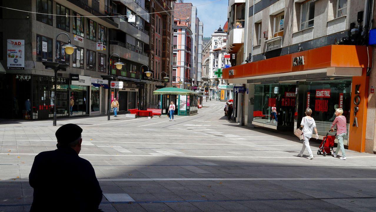 Amor, oración y homenajesa golpe de mascarilla.Varias personas pasean este lunes por una céntrica calle de Oviedo.