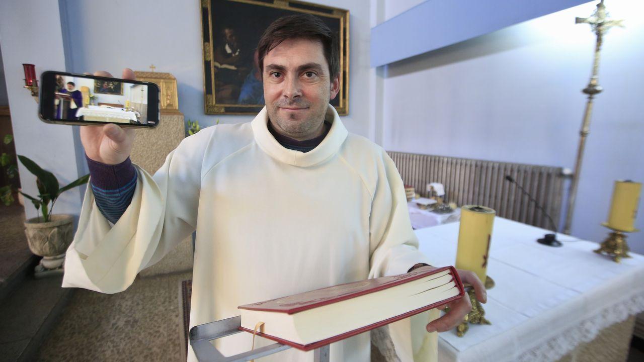 José Luis Vázquez con el móvil que utiliza para grabarse oficiando las misas