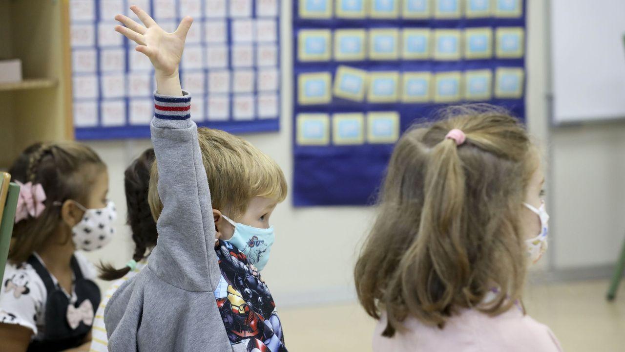 Niños con mascarilla en el CEIP López Ferreiro, en una imagen de archivo