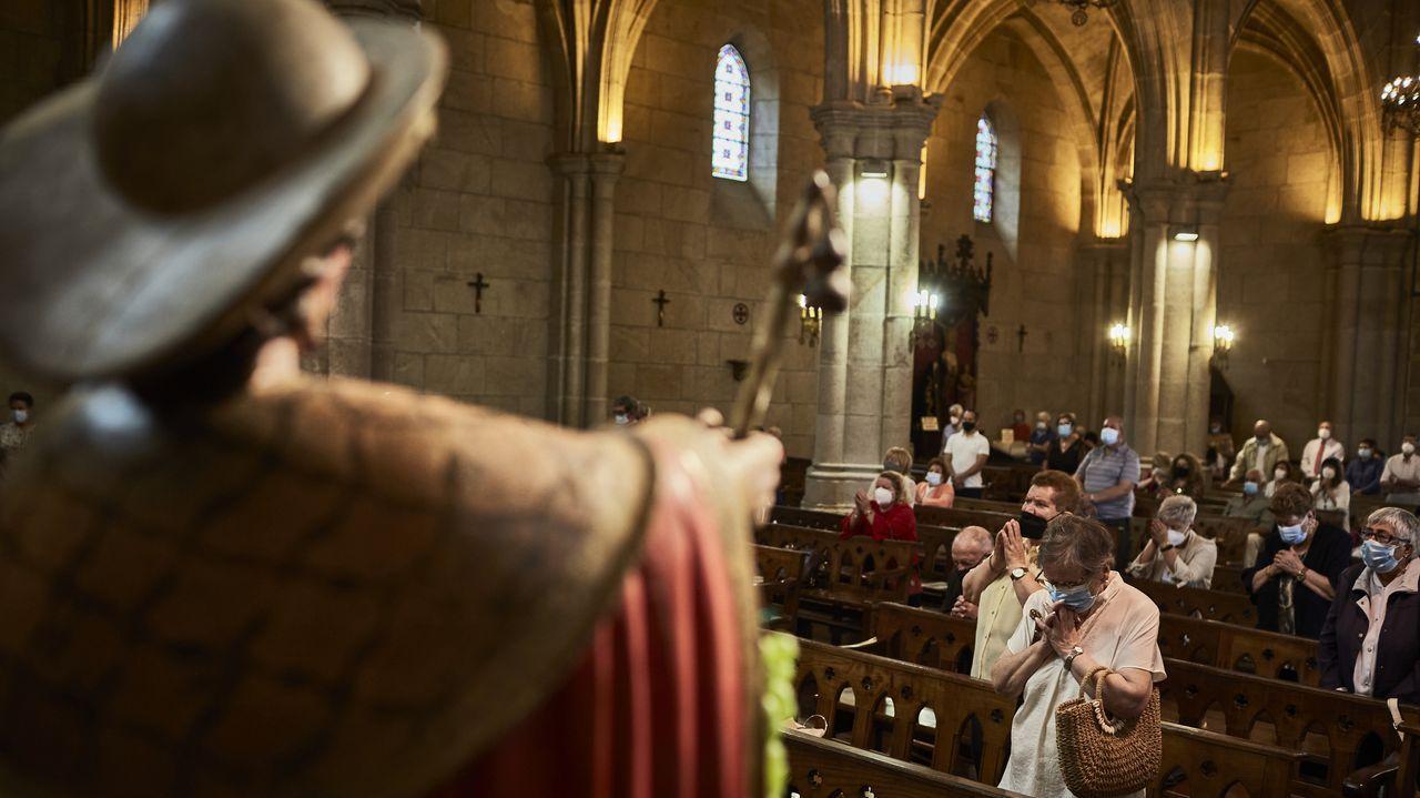 Los feligreses, durante la misa de las 12.00 de este domingo en Santiago das Caldas