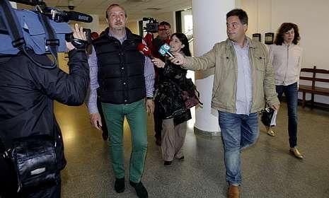 Jorge Dorribo, ayer, en los juzgados de Lugo. Su mujer es la primera por la derecha.
