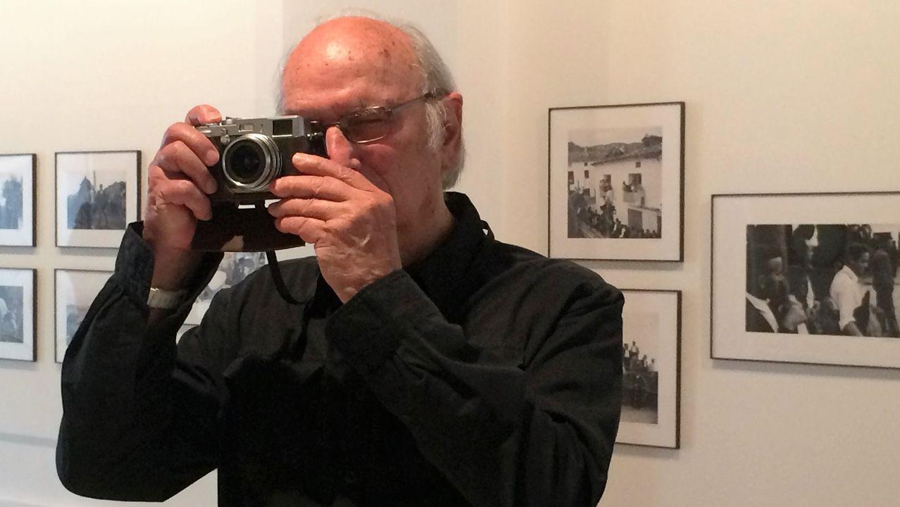 Carlos Saura, retratado como fotógrafo, en otro de sus ámbitos artísticos preferidos