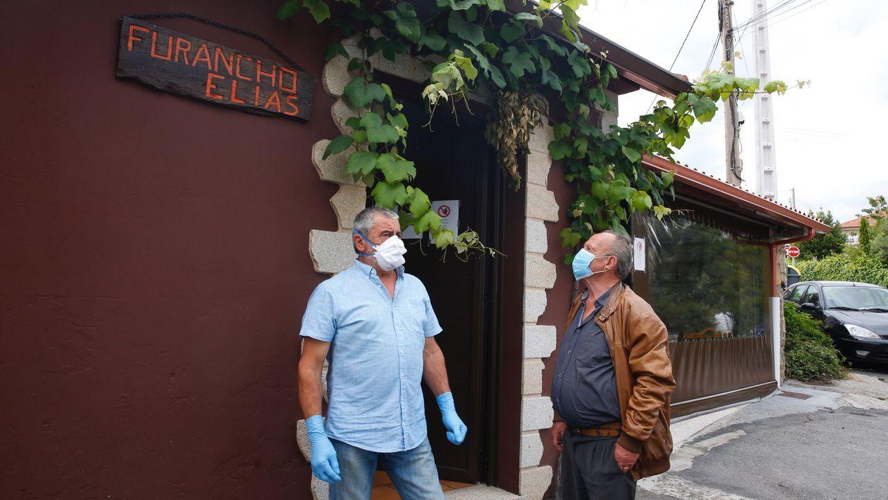 Los establecimientos hosteleros ya pueden utilizar las barras.José Manuel Gómez sirviendo un tinto en la bodega de su vivienda
