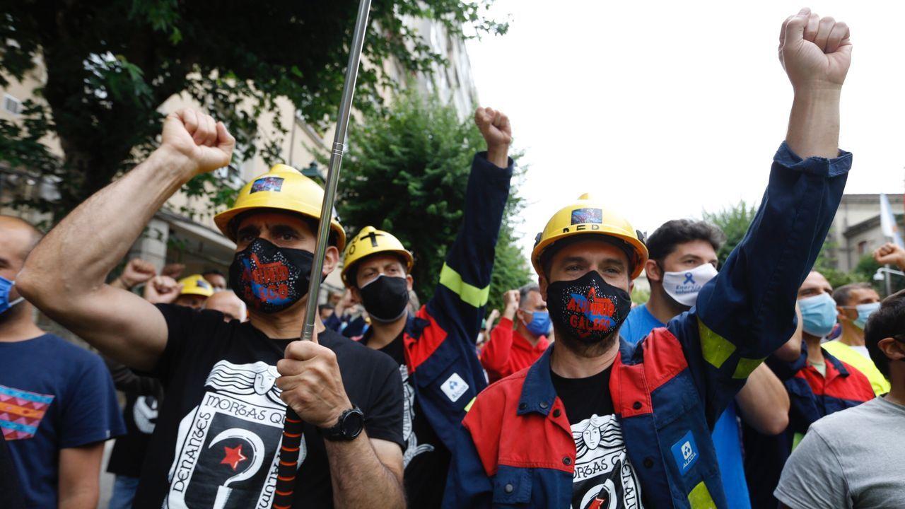 Protesta de los trabajadores de Alcoa ante el Parlamento de Galicia.Por Alcoa, por un precio competitivo de la electricidad, los empleados de San Cibrao llevan meses movilizándose. Para que no los despida, movilizaron a 20.000 personas en Viveiro el 7 de junio