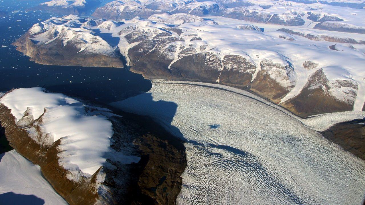 Un glaciar fluye hacia el océano en Groenlandia