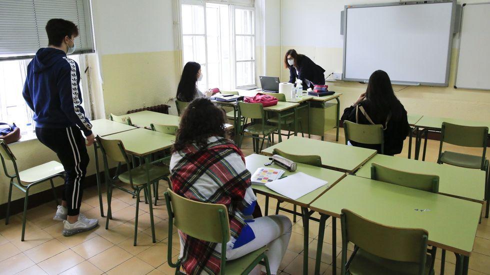 En directo: Sanidade y Educación explican el plan de vacunación de los profesores en Galicia.En el instituto Ollos Grandes de Lugo han llamado a los profesores de entre 45 y 55 años para la vacunación inmediata en el HULA