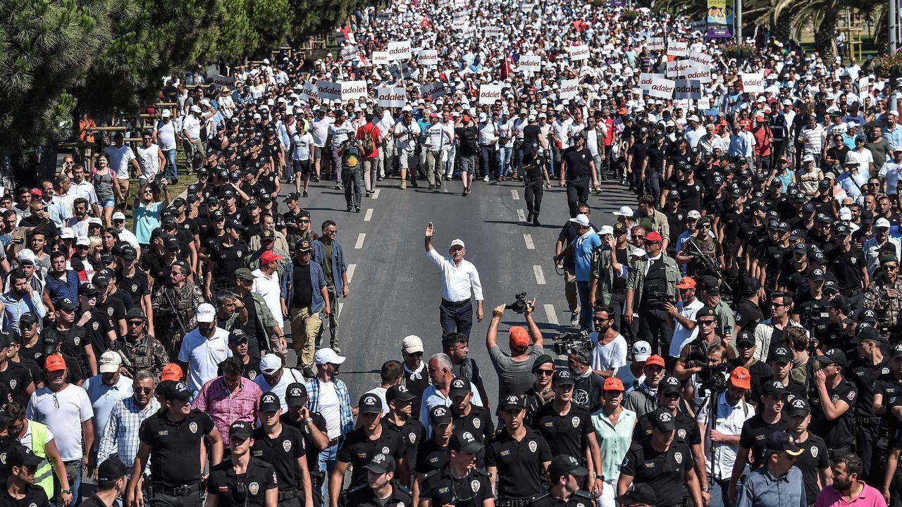 La marcha por la justicia recogío a decenas de miles de turcos nates de llegar a Estambul.