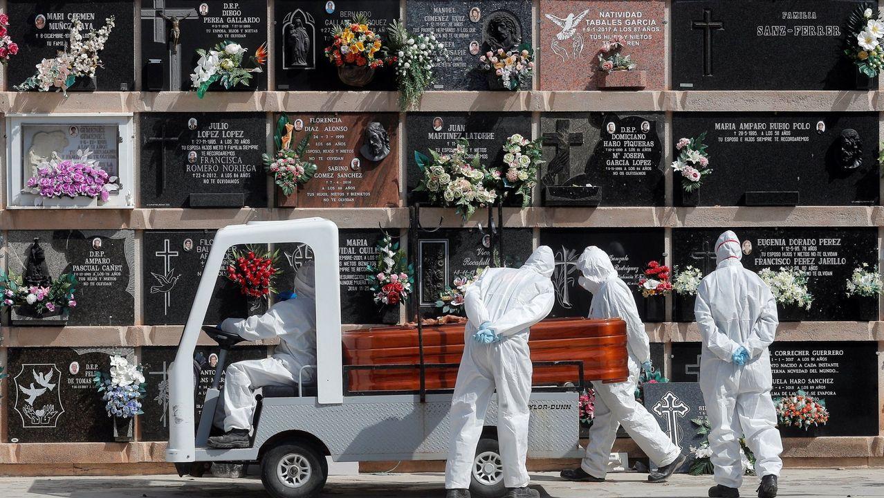 Un entierro en un cementerio de Valencia el pasado mes de abril