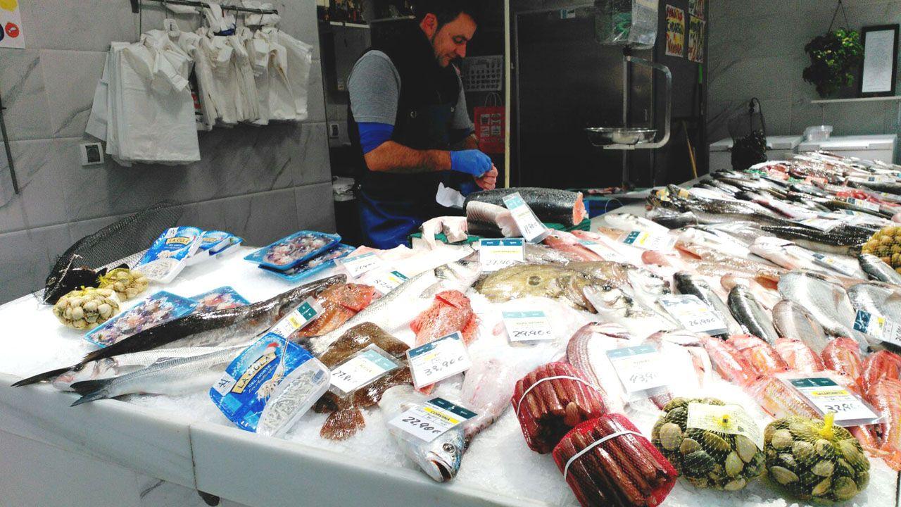 Pescadería de El Fontán.Piñera posa con un cuadro que le regalaron unos escolares el dia de su cumpleaños