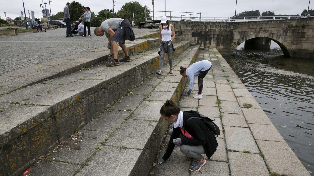 Voluntarios recogen residuos en el entorno de la ría de O Burgo