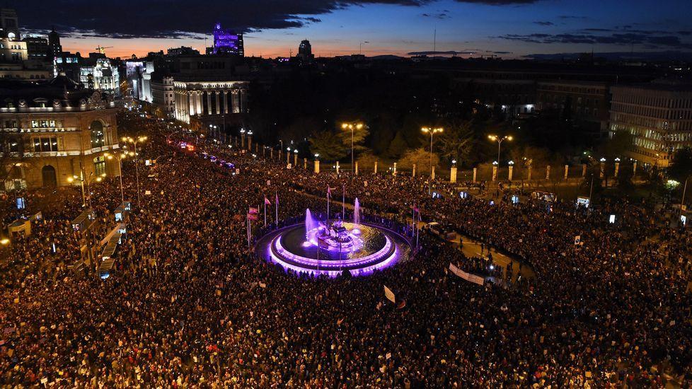 En Madrid, la plaza de Cibeles, se tiñó de violeta por completo