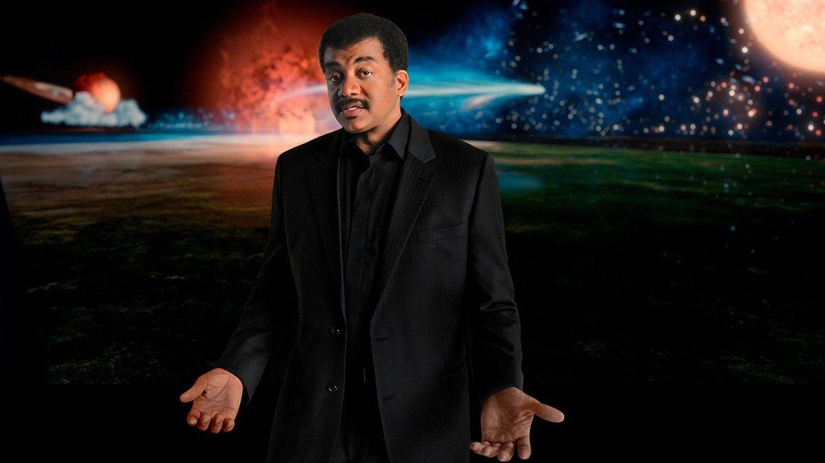 Abarrote en Samil a pesar de las nubes.Neil deGrasse Tyson es el presentador de la serie Cosmos