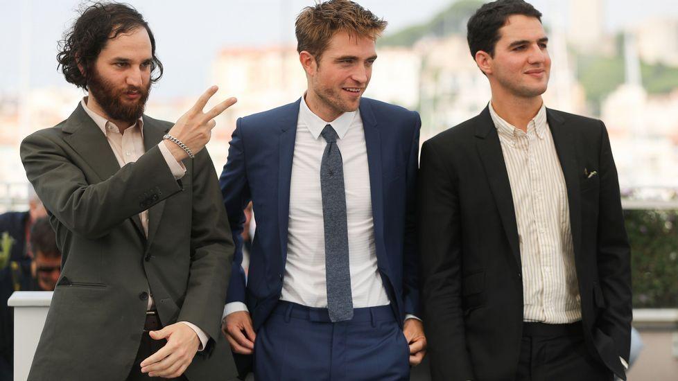 Tráiler de «Zapatos rojos y 7 enanitos».Pattinson, flanqueado por los hermanos Safdie, directores del filme