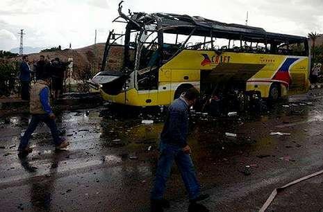 El autobús donde viajaban los turistas quedó completamente destrozado por la bomba.
