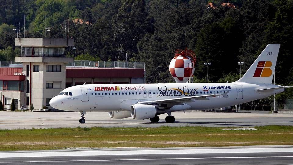 El petróleo, el 40 % de los costes del sector.Avión de Iberia Express en Peinador