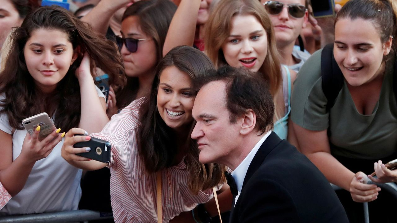 Tráiler de Port Authority.Tarantino, el pasado 22 de julio, posando para unas fans, durante el estreno en Los Ángeles del filme «Érase una vez en Hollywood»