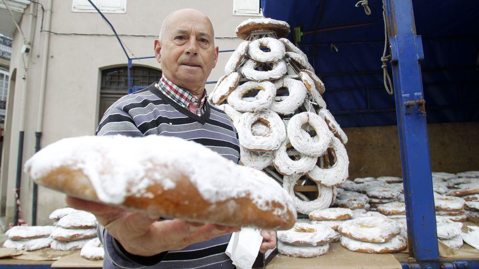 Uno de los integrantes de la comisión de fiestas muestra una de las roscas a la venta