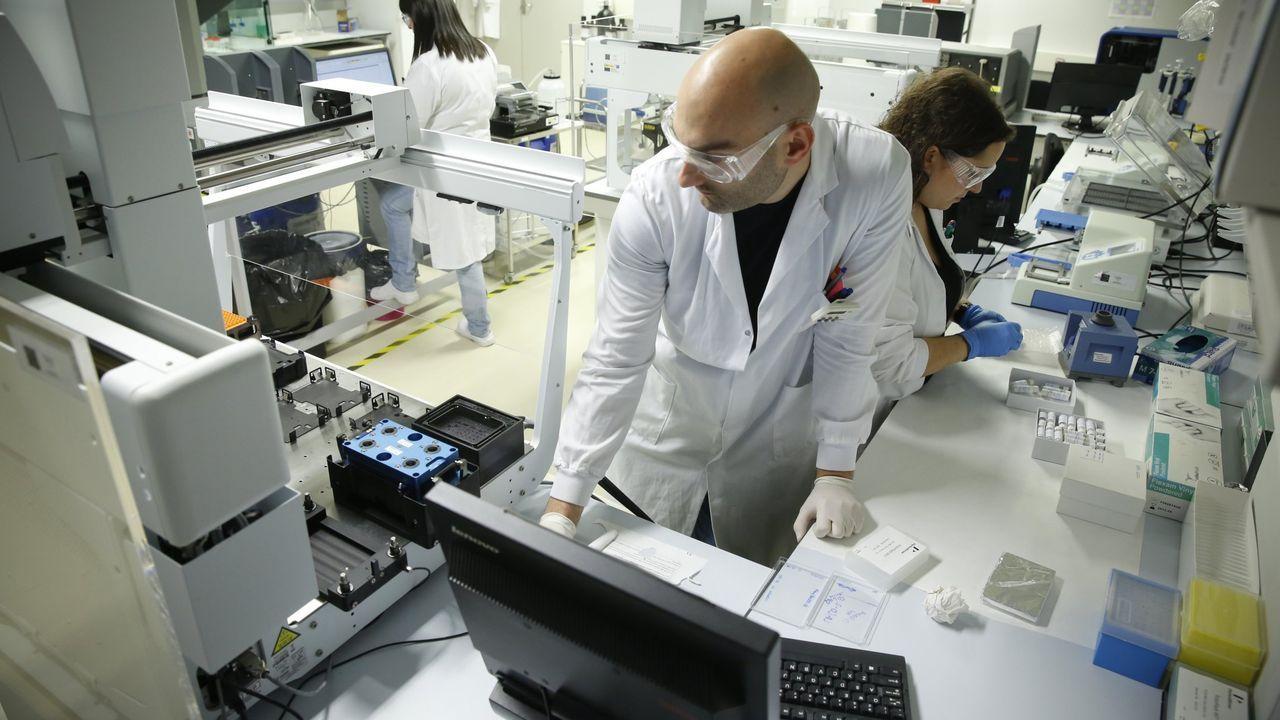 La empresa Makergal fabrica diademas para pantallas faciales con impresoras 3D.Laboratorio de la incubadora de nuevos fármacos del CIMUS de la USC
