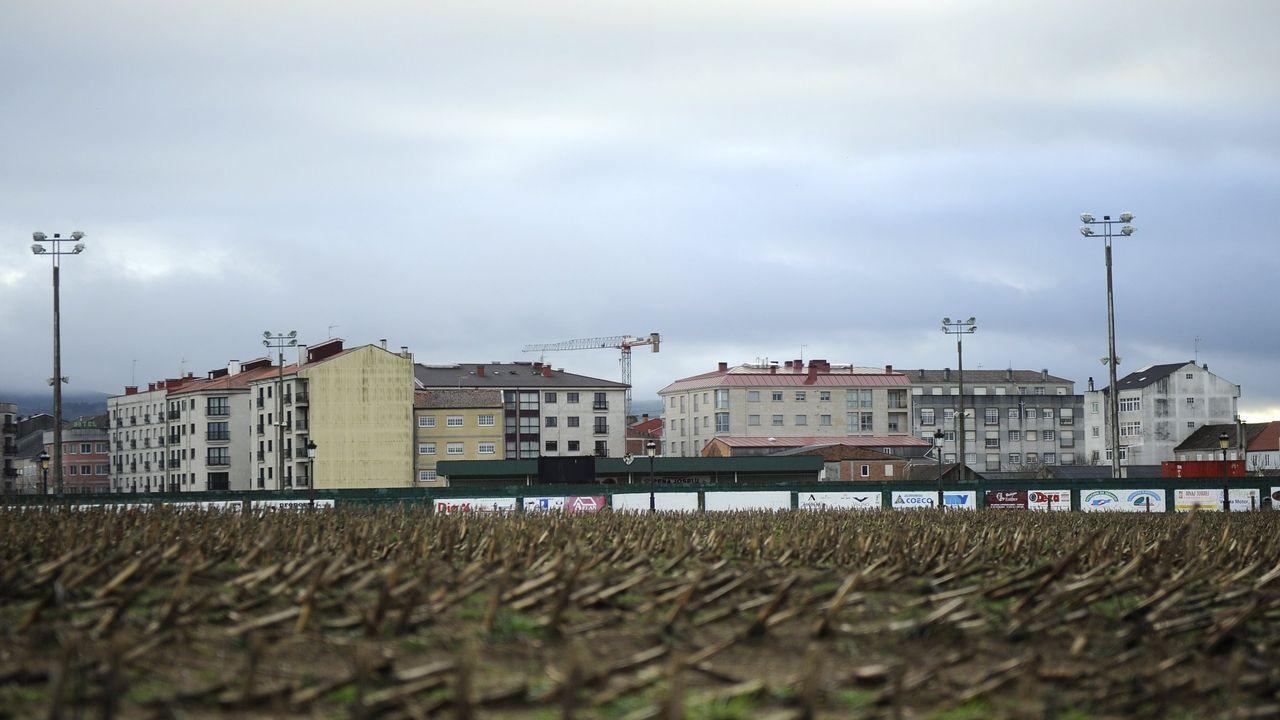 Unos turistas consultan un plano de Oviedo en la calle Uría.El Padre Ángel recoge el galardón que le conceden en los Premios Nacionales de Hostelería