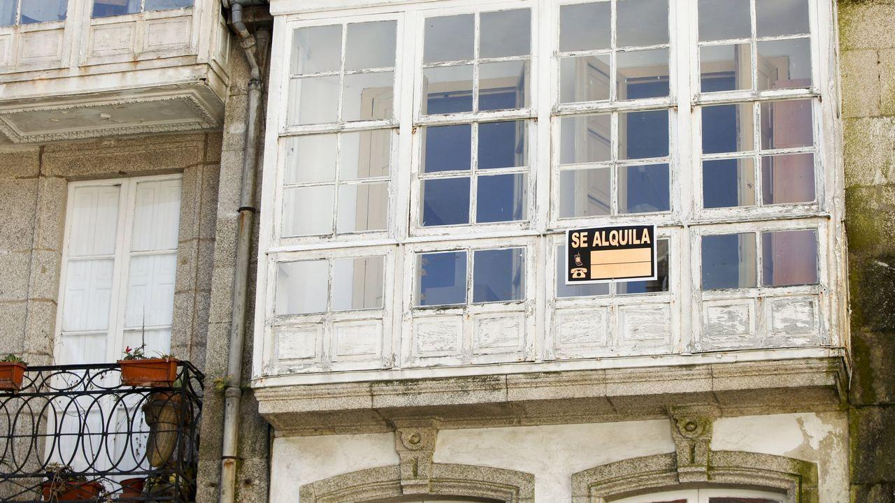 «El día que entré, lloré. Todos lloramos».La cámara instalada en Praterías (arriba a la derecha) no logró captar el atentado contra la fachada catedralicia