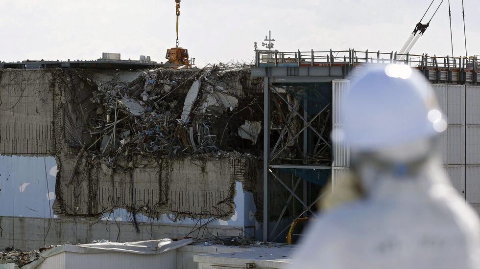 Cinco años de la catástrofe de Fukushima.Operarios que trabajan en las labores de descontaminación de la zona, guardan un minuto de silencio.