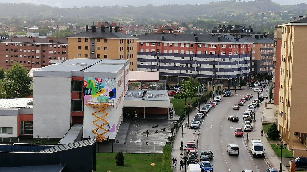 Mural del Parees Fest en el colegio Poeta Ángel González, en La Corredoria