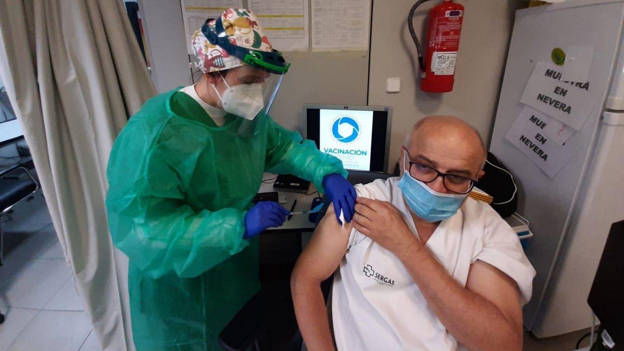 Un trabajador del centro de salud de Noia recibe la primera dosis de la vacuna